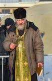 Ιερέας consecrates η τρύπα πάγου την ημέρα Epiphany Ρωσία Στοκ εικόνες με δικαίωμα ελεύθερης χρήσης