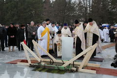 Ιερέας consecrates η τρύπα πάγου την ημέρα Epiphany Στοκ Εικόνες