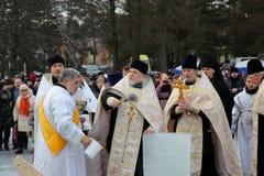 Ιερέας consecrates η τρύπα πάγου την ημέρα Epiphany Στοκ εικόνες με δικαίωμα ελεύθερης χρήσης