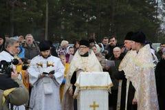 Ιερέας consecrates η τρύπα πάγου την ημέρα Epiphany Στοκ φωτογραφίες με δικαίωμα ελεύθερης χρήσης