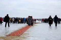Ιερέας consecrates η τρύπα πάγου την ημέρα Epiphany Στοκ εικόνα με δικαίωμα ελεύθερης χρήσης