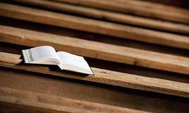 Ιερή Βίβλος στην εκκλησία Στοκ Φωτογραφίες