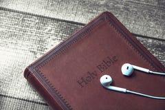 Ιερή Βίβλος με τα ακουστικά Στοκ Φωτογραφία