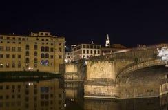 Ιερή γέφυρα τριάδας στον ποταμό Arno στη Φλωρεντία τη νύχτα Στοκ φωτογραφίες με δικαίωμα ελεύθερης χρήσης