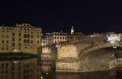 Ιερή γέφυρα τριάδας στον ποταμό Arno στη Φλωρεντία τη νύχτα Στοκ Εικόνες