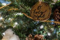 Ιερή διακόσμηση Χριστουγέννων νύχτας Ο στο δέντρο στοκ εικόνα