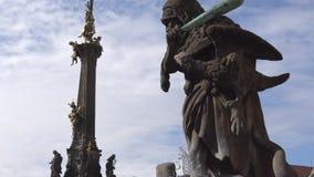 Ιερή στήλη τριάδας στο κύριο τετράγωνο της παλαιάς πόλης Olomouc, Δημοκρατία της Τσεχίας απόθεμα βίντεο