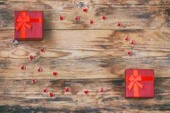 Ιερή σύνθεση ημέρας βαλεντίνων, κόκκινο κιβώτιο δώρων δύο, μικρή καρδιά Στοκ εικόνες με δικαίωμα ελεύθερης χρήσης