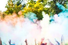 Ιερείς που χορεύουν κατά τη διάρκεια του φεστιβάλ Holi χρώματος Στοκ φωτογραφία με δικαίωμα ελεύθερης χρήσης