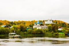 Ιεροί μοναστήρι Svyato Troitse Nikolsky μοναστηριών τριάδας του ST Nichola ` s και καθεδρικός ναός Annunciation Άποψη από το Klya Στοκ φωτογραφίες με δικαίωμα ελεύθερης χρήσης