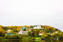 Ιεροί μοναστήρι Svyato Troitse Nikolsky μοναστηριών τριάδας του ST Nichola ` s και καθεδρικός ναός Annunciation Άποψη από το Klya Στοκ Φωτογραφία