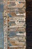 Ιερογλυφικές γλυπτικές στον αρχαίο αιγυπτιακό ναό Στοκ φωτογραφία με δικαίωμα ελεύθερης χρήσης