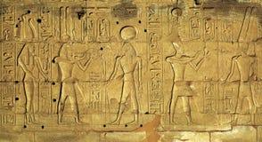 Ιερογλυφικές γλυπτικές στον αρχαίο αιγυπτιακό ναό Στοκ Εικόνα