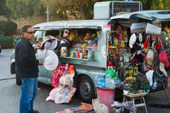 ΙΕΡΟΥΣΑΛΗΜ, ΙΣΡΑΗΛ - 2 ΝΟΕΜΒΡΊΟΥ: Το ισραηλινό άτομο πωλεί τα τρόφιμα, πίνει το α Στοκ φωτογραφία με δικαίωμα ελεύθερης χρήσης