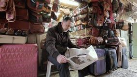ΙΕΡΟΥΣΑΛΗΜ, ΙΣΡΑΗΛ - 10 ΦΕΒΡΟΥΑΡΊΟΥ 2015: Τσάντες πωλητών που διαβάζουν μια εφημερίδα στην αραβική bazaar παλαιά πόλη της Ιερουσα απόθεμα βίντεο