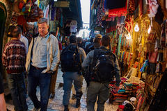 Ιερουσαλήμ - 04 04 2017: Γούρνα περιπάτων αστυνομικών δυνάμεων η αγορά μέσα Στοκ εικόνα με δικαίωμα ελεύθερης χρήσης