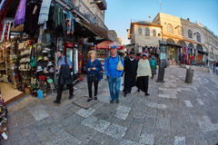 Ιερουσαλήμ - 04 04 2017: Οι τουρίστες περπατούν τη γούρνα η αγορά στο ο Στοκ Φωτογραφία