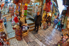 Ιερουσαλήμ - 04 04 2017: Οι τουρίστες περπατούν τη γούρνα η αγορά στο ο Στοκ Εικόνα