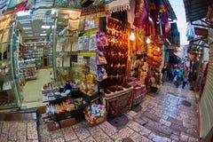 Ιερουσαλήμ - 04 04 2017: Οι τουρίστες περπατούν τη γούρνα η αγορά στο ο Στοκ Φωτογραφίες