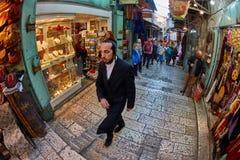 Ιερουσαλήμ - 04 04 2017: Οι τουρίστες περπατούν τη γούρνα η αγορά στο ο Στοκ εικόνες με δικαίωμα ελεύθερης χρήσης