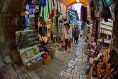 Ιερουσαλήμ - 04 04 2017: Οι τουρίστες περπατούν τη γούρνα η αγορά στο ο Στοκ φωτογραφίες με δικαίωμα ελεύθερης χρήσης