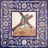 Ιερουσαλήμ - ο κεραμικός κεραμωμένος σταθμός του διαγώνιου τρόπου στην εκκλησία αγγλικανών του ST George Πτώση του Ιησού κάτω από στοκ εικόνα