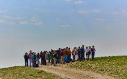 Ιερουσαλήμ - 10 04 2017: Οδοιπορία ομάδας ανθρώπων στα mountais Στοκ Φωτογραφίες