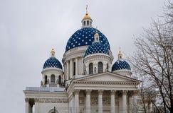 Ιερός καθεδρικός ναός Άγιος Πετρούπολη Ρωσία τριάδας Χρωματίζει το μεγαλύτερο ξύλινο θόλο στην Ευρώπη στο βαθύ μπλε με Στοκ φωτογραφίες με δικαίωμα ελεύθερης χρήσης