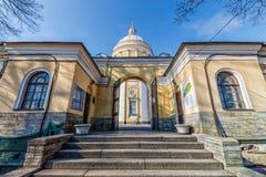 Ιερός καθεδρικός ναός τριάδας και η πύλη του νεκροταφείου StNicholasNikolskoye Στοκ εικόνες με δικαίωμα ελεύθερης χρήσης