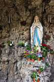 Ιερό άγαλμα της Mary στο παρεκκλησι με την εμφάνιση ενός grotto στοκ φωτογραφία με δικαίωμα ελεύθερης χρήσης