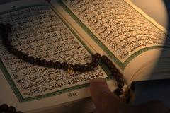 ιερό ανοιγμένο rosary qoran χεριών Στοκ φωτογραφίες με δικαίωμα ελεύθερης χρήσης