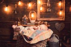 Ιερό μωρό : _ r r r Παιδική ηλικία και ευτυχία r στοκ εικόνα με δικαίωμα ελεύθερης χρήσης