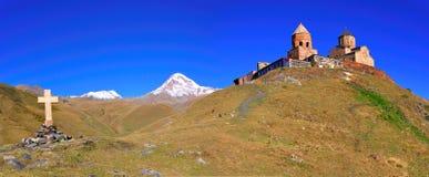 Ιερό πανόραμα εκκλησιών τριάδας, Kazbegi, Γεωργία στοκ εικόνα