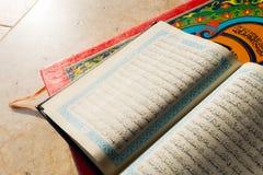 Ιερό Quran στο κεραμικό υπόβαθρο Στοκ Εικόνες
