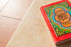 Ιερό Quran στο κεραμικό υπόβαθρο Στοκ Φωτογραφίες