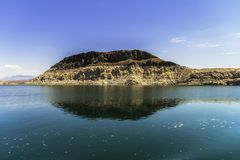 Ιζηματώδης σχηματισμός βράχου παράλληλα με το υδρόμελι λιμνών Στοκ φωτογραφία με δικαίωμα ελεύθερης χρήσης