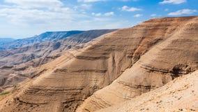 Ιζηματώδες βουνό στην κοιλάδα του ποταμού Wadi Mujib Στοκ φωτογραφίες με δικαίωμα ελεύθερης χρήσης