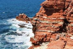 Ιζηματώδης απότομος βράχος θάλασσας, κόκκινοι βράχοι, από τη Σικελία στοκ εικόνα
