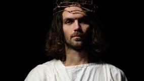 Ιησούς στην κορώνα των αγκαθιών που φθάνουν έξω στο χέρι βοηθείας, που σώζει τον αμαρτωλό, θρησκεία φιλμ μικρού μήκους