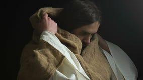 Ιησούς Χριστός που εξετάζει τη κάμερα στο σκοτεινό κλίμα, που σώζει τους αμαρτωλούς, ελπίδα απόθεμα βίντεο