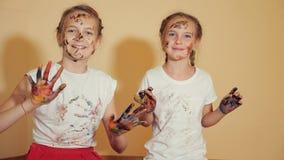 Ικανοποιημένα κορίτσια με τα χρωματισμένα χέρια στοκ φωτογραφίες