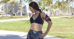 Ικανοποιημένη αθλητική γυναίκα που επιλύει στο πάρκο φιλμ μικρού μήκους