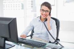 Ικανοποιημένη αριστοκρατική καφετιά μαλλιαρή επιχειρηματίας που απαντά στο τηλέφωνο Στοκ Εικόνα