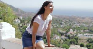 Ικανοποιημένη γυναίκα που απολαμβάνει τη θέα της πόλης απόθεμα βίντεο