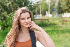 Ικανοποιημένη γυναίκα που κοιτάζει μακριά στην πλευρά στο πράσινο υπόβαθρο στοκ φωτογραφία