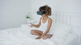 Ικανοποιημένη γυναίκα στα γυαλιά VR στο κρεβάτι φιλμ μικρού μήκους