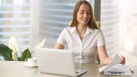 Ικανοποιημένη επιχειρηματίας που αναλύει τις γραφικές παραστάσεις διαγραμμάτων, που ικανοποιούν με την εισοδηματική αύξηση επιχεί απόθεμα βίντεο
