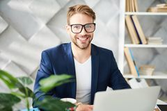 Ικανοποιημένη εργασία επιχειρηματιών στην αρχή με την ευχαρίστηση στοκ εικόνες με δικαίωμα ελεύθερης χρήσης
