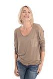 Ικανοποιημένη ελκυστική μέση ηλικίας απομονωμένη χαμογελώντας ξανθή γυναίκα στοκ φωτογραφία