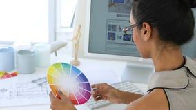 Ικανοποιημένη νέα επιχειρηματίας που εργάζεται στο γραφείο της απόθεμα βίντεο